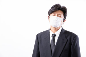 マスク姿で表情がよくわからない男性